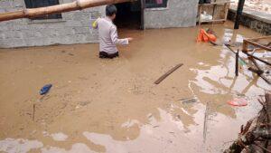 Ratusan rumah di Desa Bara terendam banjir, Bhabinkamtibmas bantu evakuasi Barang Milik Warga