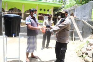Polsek Senggigi Dorong Penerapan Prokes di Wilayahnya, Salurkan Bantuan Sarana Pendukung