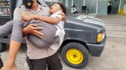 Personil Polsek Gunungsari Evakuasi Laka Lantas Tunggal